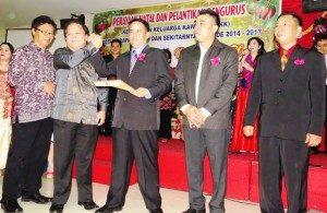Ketua KKK Bekasi Boy Taga menyerahkan mandat kepada Ketua KKK terpilih Harapan Indah James Vandersloot
