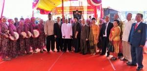 Berfoto Bersama para pendeta,sintua, warga Muslim Rusun Marunda dan Pemda