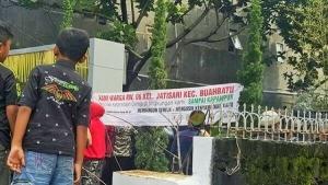 Anak-anak Ikut serta berdemonstrasi di depan Gereja GBKP Bandung Timur (Foto Istimewa)