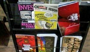 """Media """"Charlie Heboh"""" terpampang di salah satu rak toko buku"""