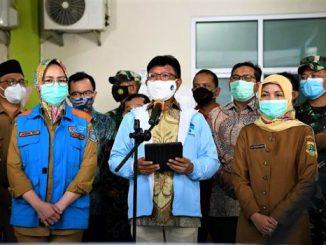 Menteri Kominfo Johnny G. Plate (tengah) bersama Walikota Tangerang Selatan Airin Rachmi Diany saat memberikan keterangan untuk pekerja media mengenai Uji Coba Satu Data Vaksinasi di Puskesmas Jurangmangu, Kec. Pondok Aren, Tangerang Selatan, Selasa (12/01/2021)